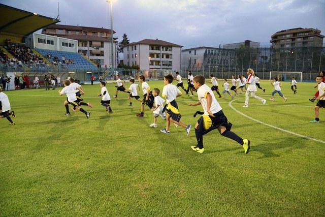 I bambini accompagnano i giocatori in campo