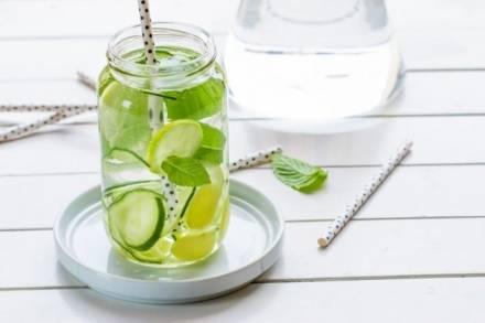 Facile da preparare, gustosa da bere: acqua detox per vivere un'estate al top!